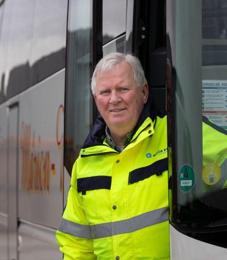 Menno (67) uit Dronten vervoert coronapatiënten in deze bijzondere bus: 'Het geeft voldoening'