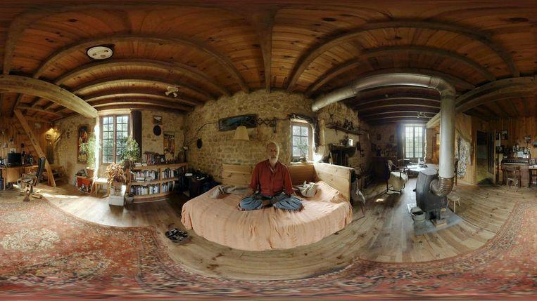 De kijker hoort het telkens aan, gezeten in een stoel in de woonkamer of buitenruimte van de hoofdpersoon Beeld -