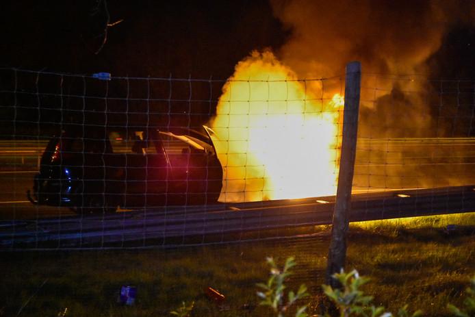 Een auto is uitgebrand op de A50 bij Heelsum