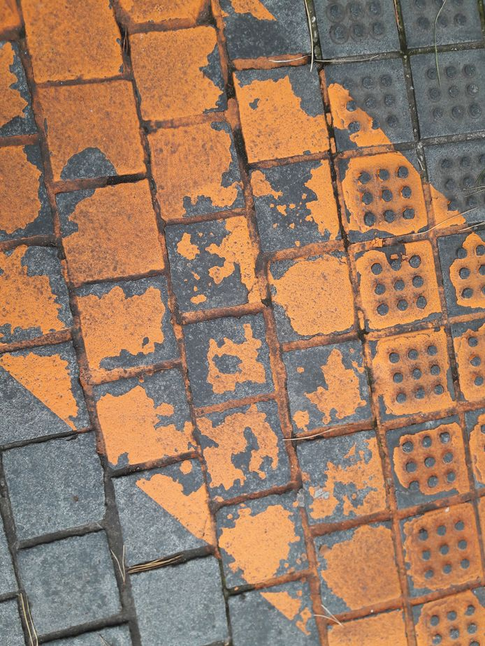 De verf van het gaybrapad in Apeldoorn is op een aantal plekken flink versleten.