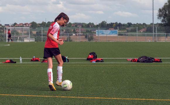 Speelster Camille oefent met de bal.