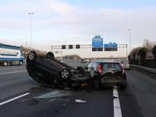 Auto slaat over de kop op A12 bij Oudenrijn