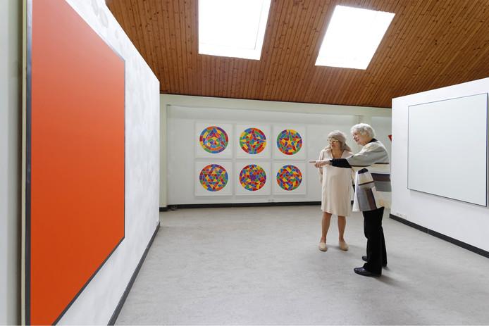 José Brokken-Zijp (rechts) met een bezoekster in haar kunstruimte in Liempde.