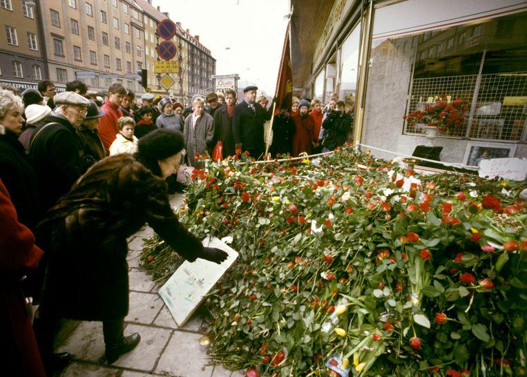 Bloemenzee bij de plaats waar de Zweedse premier Olof Palme in op 28 februari 1986 werd vermoord.  Beeld EPA