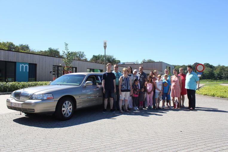 Marleen Arnouts (derde van lnks) met de families aan Casa Ametza. Met een heuse limousine trokken ze naar de bioscoop.