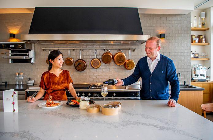 Monica Tsang, de maître-sommelier van O&O  met  Gommaar Theeuwes van Anfors Imperial.  Op 'toernee' doet het restaurant dit pinksterweekeinde Rotterdam aan.