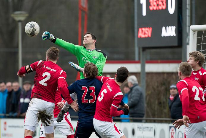 Zaterdaghoofdklasser AZSV, hier in actie tegen Ajax, moet van de KNVB op zondag 6 mei voetballen.
