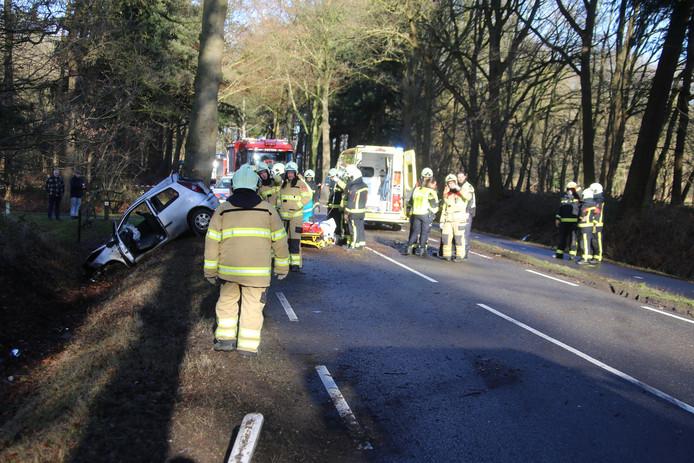 De auto is tot stilstand gekomen tegen een boom. Foto: GinoPress