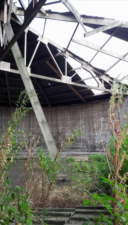 Een deel van het dak van de mestsilo aan de Strijbeekseweg is ingestort.