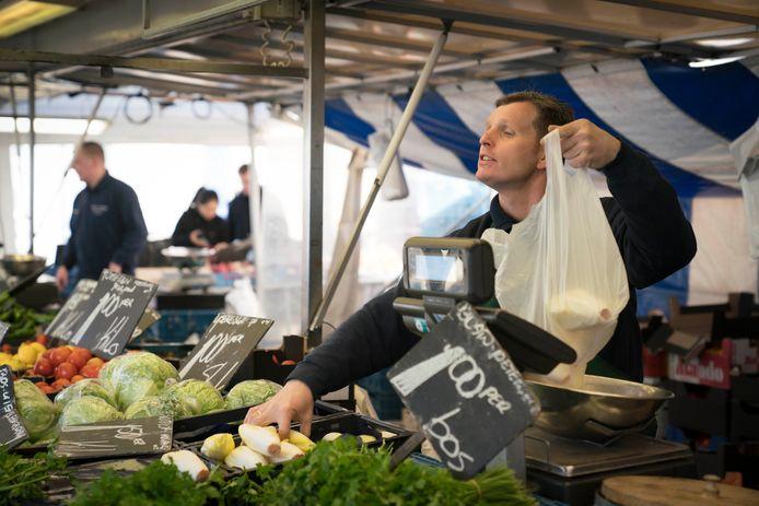 Met extra voorzorgsmaatregelen blijft de weekmarkt in Arnhem geopend. Het ter plaatse nuttigen van etenswaren is voorlopig niet toegestaan. Archieffoto: Erik van 't Hullenaar