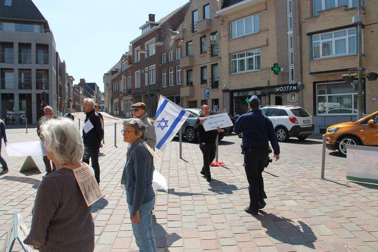 Er kwam één tegenbetoger, maar die moest van de politie wat verderop plaats vatten.
