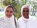 Eden Afewiokki (links) en Bregetij Isak maken hapjes uit Eritrea. 'Heel leuk om kennis te maken met andere mensen en andere culturen.'