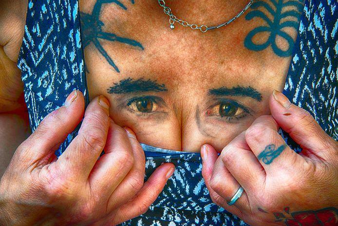 Henny verloor in één jaar tijd haar tweede man Arie én geliefde zoon Pascal. Uit verdriet heeft ze de ogen van haar zoon op haar borsten laten tatoeëren.
