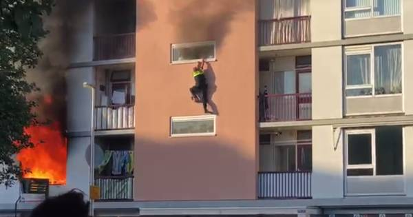 Agent ernstig gewond na sprong uit brandende flat; politie treft lichaam aan