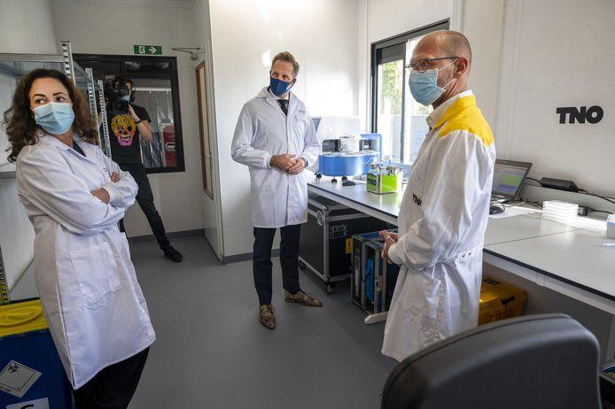 Minister Hugo de Jonge (Volksgezondheid) en burgemeester Femke Halsema bezoeken een nieuwe testlocatie in Amsterdam-Zuidoost.