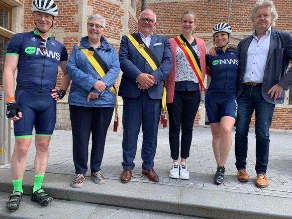 De delegatie mocht in Sint-Gillis-Waas even halt houden om een cheque van 250 euro in ontvangst te nemen.