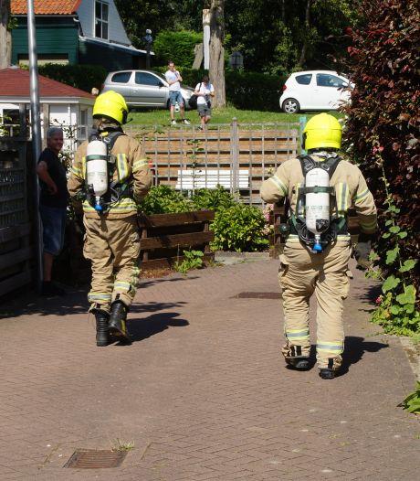 Te weinig ruimte voor brandweerauto: spuitgasten lopend naar brand