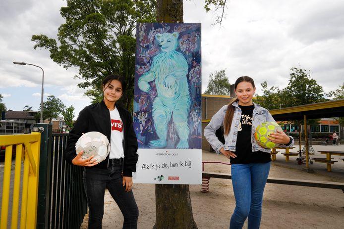 Sena en Lynn staan bij een tekening van het Berenproject van Bindkracht 10.