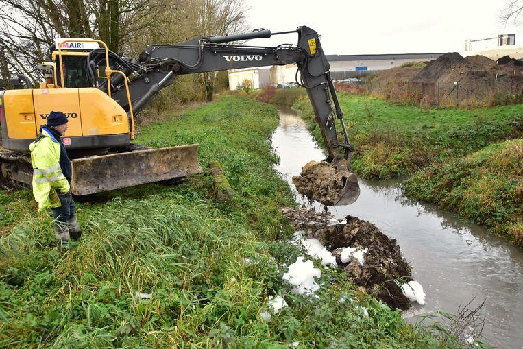 Met een kraan werd gisteren vlakbij het uitgebrande bedrijf een dam gemaakt op de Gaverbeek, om te vermijden dat er nog meer smurrie in terecht zou komen.