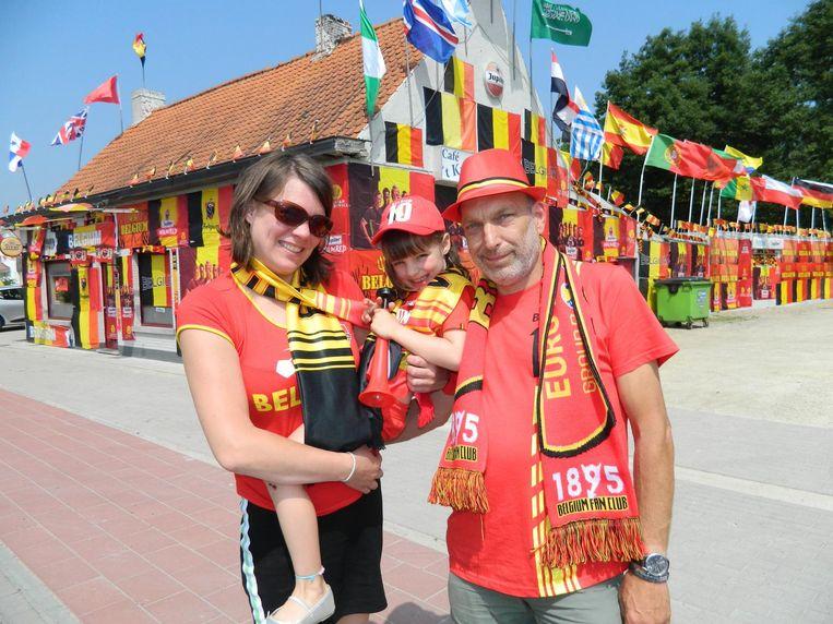 Mieke Van Hulle en Koen Van Rijckeghem en de zesjarige Pauline voor café 't Kruisken.