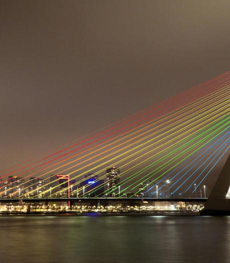 Erasmusbrug wordt verlicht in regenboogkleuren