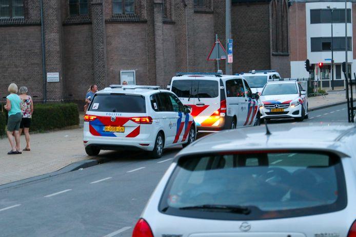 De uitgerukte politieauto's ter hoogte van de Onze Lieve Vrouwekerk in Apeldoorn.