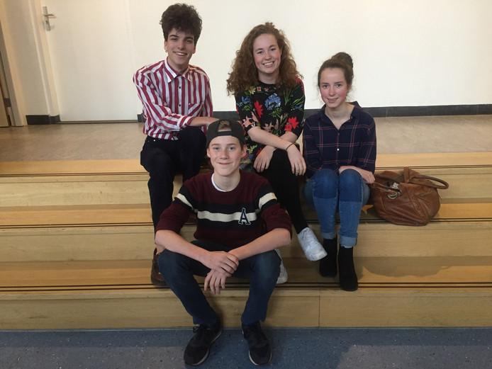 Luuk van Dongen (17), Ivo van der Wolf (14), Hannah Vrijenhoek (17) en Kiki Landkroon (15) (vlnr) van de leerlingenraad van het Mencia de Mendozalyceum Breda.