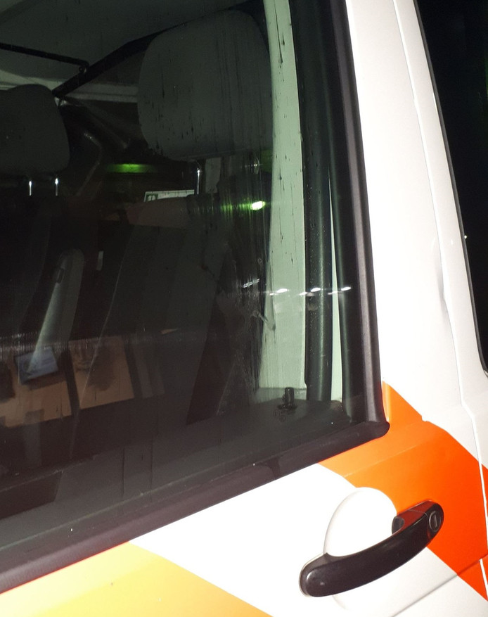 Het raam van de politieauto zit onder het spuug als de agenten terugkeren van een heftige melding.