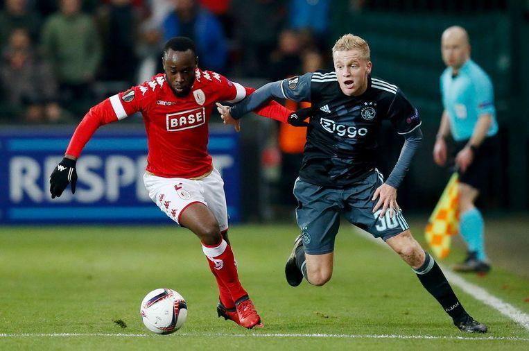 Duel tussen Standards Reginal Goreux en Ajacied Donny van de Beek (R) in de wedstrijd op 8 december. Beeld ANP