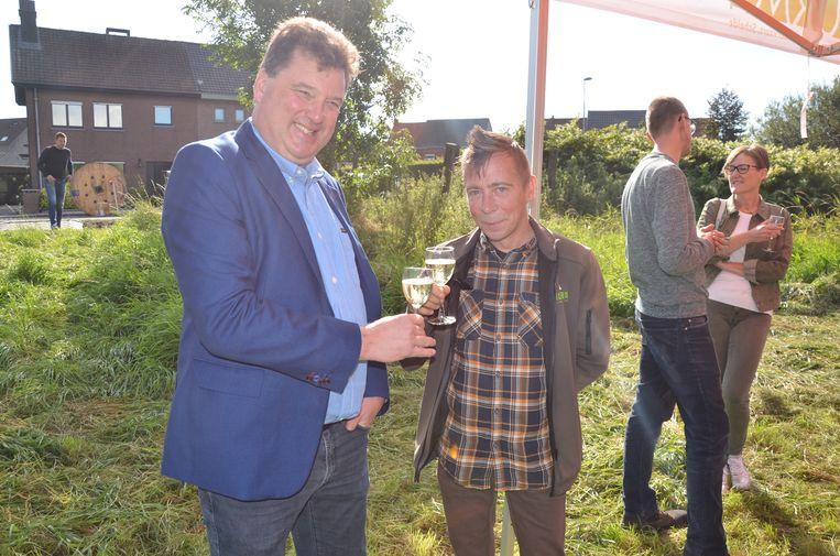 Burgemeester Anthuenis en conservator Christophe Hillaert klinken samen op de aankoop.