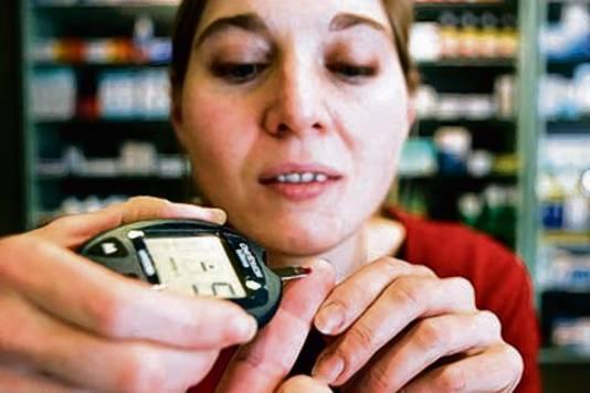 Diabetespatiënten moeten  nu nog meerdere keren per dag in hun vinger prikken om de bloedsuiker te meten.