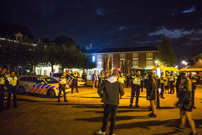 Politiemensen in actie bij een nachtelijk opstootje in Doetinchem, vorig jaar.