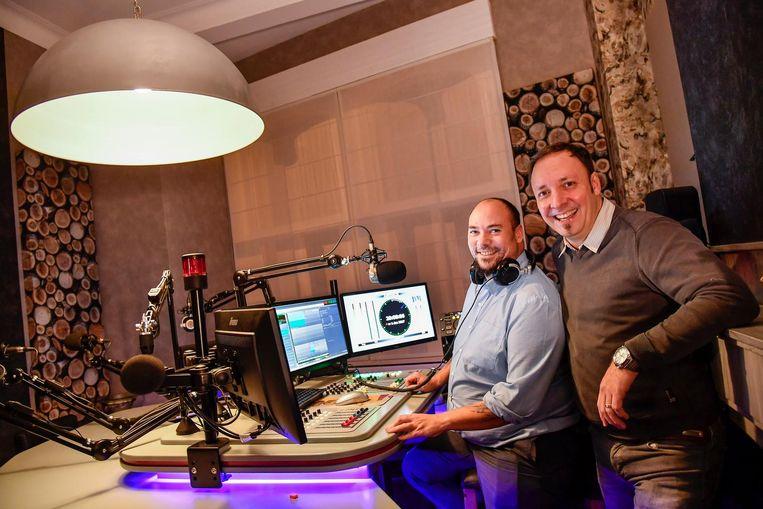 Dany Van Steen (rechts) in de studio van radiozender Tros FM.