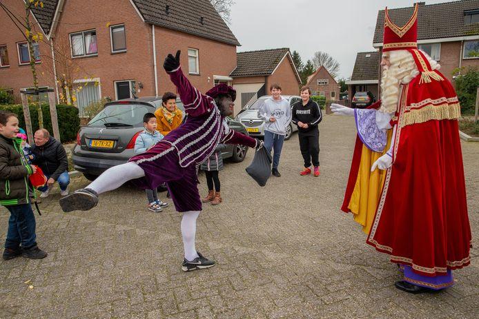 Sint  en Piet ontmoeten kinderen in Druten.