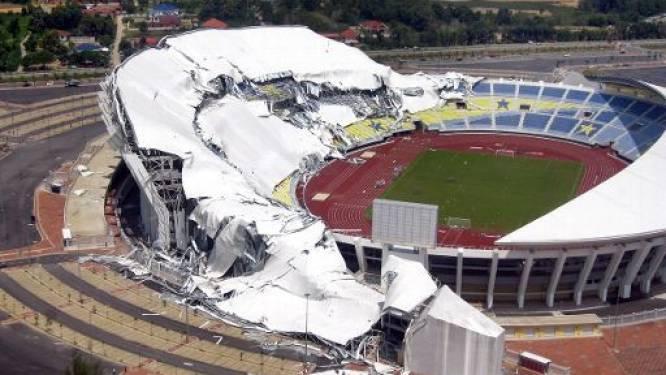 Dak Aziatisch voetbalstadion stort in