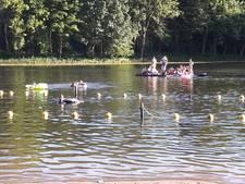 Omstanders halen drenkeling uit water in Dordrecht