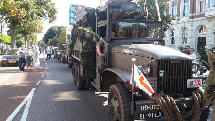 Filerijden in Nijmegen door de lange stoet van militaire voertuigen