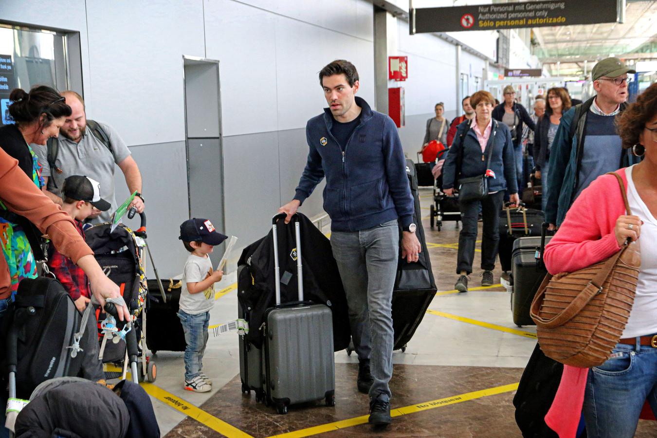 Tom Dumoulin, bij aankomst op het vliegveld van Tenerife voor een hoogtestage van Team Jumbo-Visma in februari.