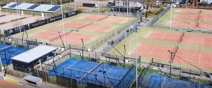 De blauwe padelbanen van Sla Raak steken af tegen de tennisbanen.