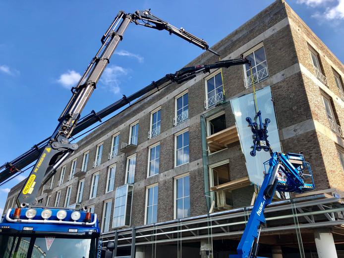 Verbouwing C&A pand in Eindhoven, vitrines worden geplaatst