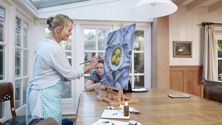 Presentatrice Antoinette Hertsenberg (51): 'Ik sta te schilderen, zij hangen wat rond - en ineens krijg je van alles te horen.' Beeld Erik Smits