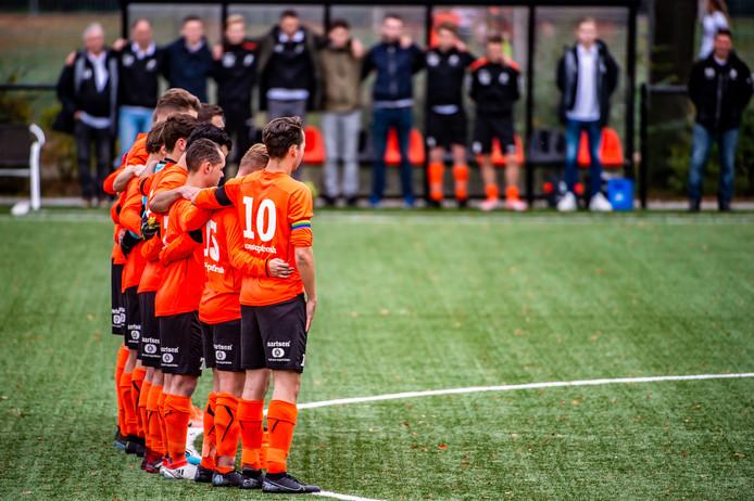 Beek Vooruit droeg rouwbanden wegens het overlijden van Bart Ormel, laatste man van het dertiende elftal van Beek Vooruit. Een indrukwekkende minuut stilte volgde in Prinsenbeek.