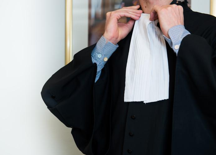 2014-02-21 11:10:31 ILLUSTRATIE - Een advocaat schikt het befje om zijn toga. ANP XTRA ROOS KOOLE