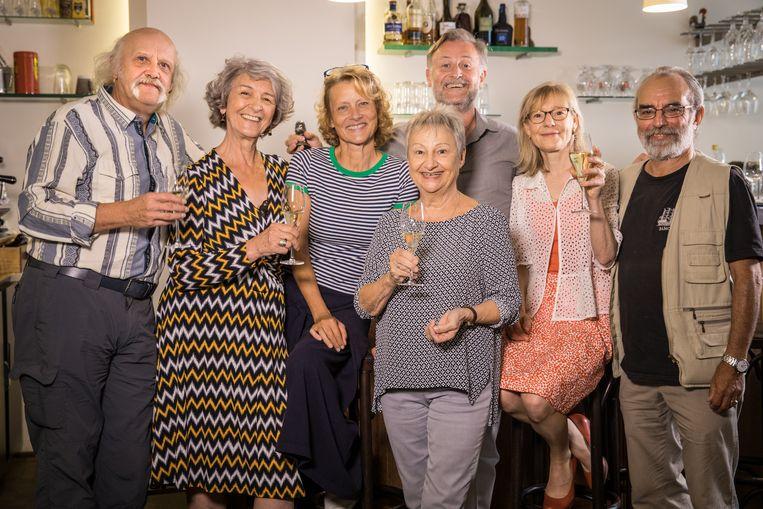 Zij heffen samen het glas: Carry Goossens (Jef), Marilou Mermans (Lisa), Christel Domen (Nieke), Simonne Peeters (Ida), Bert Cosemans (Pierre), Helena Van Loon (Marleen) en Bob Snijers (Stavros).