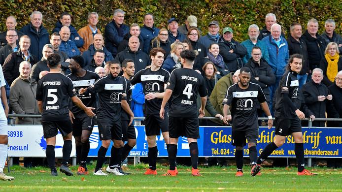 De spelers van Achilles bedanken hun supporters.