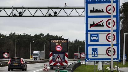Moeilijke doorgang aan grensovergang Lommel door lekkende vrachtwagen