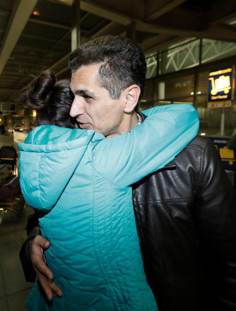 Mahdi Radgouarzi omhelst zijn dochter op de luchthaven van San Francisco. Na een vlucht uit Teheran werd hij enkele uren vastgehouden. Beeld ap