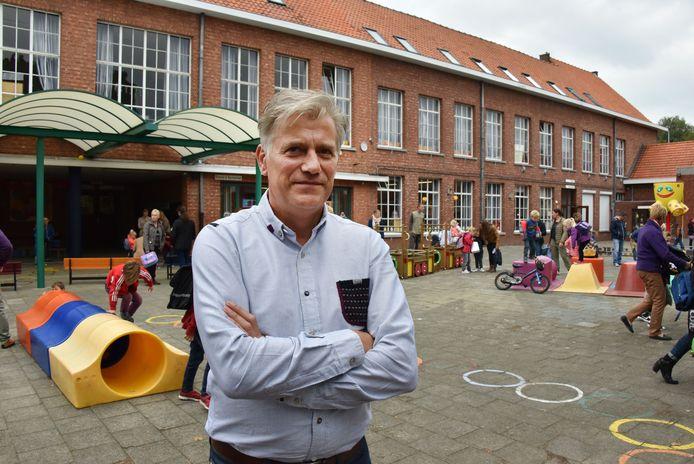 Directeur Jan Hofkens op de huidige speelplaats van De Kleine Wereld.