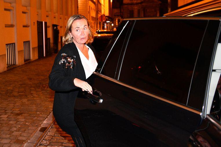 Liesbeth Homans stapt haar auto in.