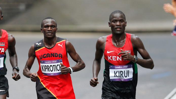Wereldkampioen Kirui (rechts), de latere winnaar van het zilver, tijdens de olympische marathon in Londen.